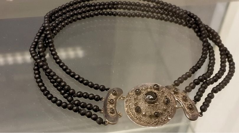 Black jet mourning necklace with decorated silver clasp. 19th century The Netherlands